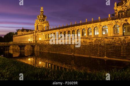 """DRESDEN, Deutschland - 23. Mai 2018: """"Kronentor des Zwingers in Dresden bei Nacht. - Stockfoto"""