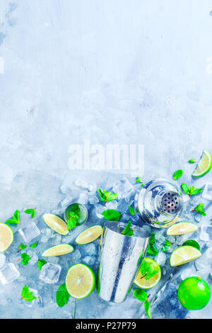 Shaker und bar Zubehör flach. Frischen mojito cocktail Zutaten, Minze, Limette und Eiswürfel auf grauem Stein. Sommer trinken Konzept mit - Stockfoto