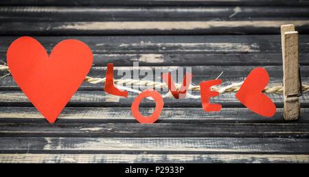 Die Inschrift, wie rotes Papier mit Herzen auf Seil auf Holz- Hintergrund - Stockfoto