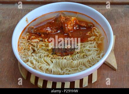 Instant Nudelsuppe mit Makrelen in Ketchup - Stockfoto