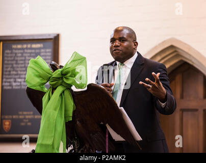 MP David Lammy Adressen der Kongregation während der Teilnahme an dem Service, den das Grenfell Feuerwehr Jubiläum in St. Helen's Church, South Kensington, London, England, UK, 14. Juni 2018 zu markieren - Stockfoto