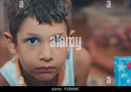 Portrait von Kind mit blauen Augen und mit intensiven Stare - Stockfoto