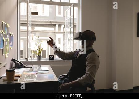 Senior Graphic Designer über Virtual reality Headset - Stockfoto