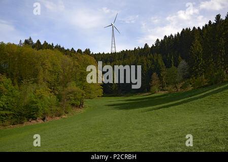 Landschaft geschossen von einem Berg mit Bäumen abdecken und ein großes Windrad in der Mitte von Fang den Wind und die Erzeugung sauberer Windenergie - Stockfoto