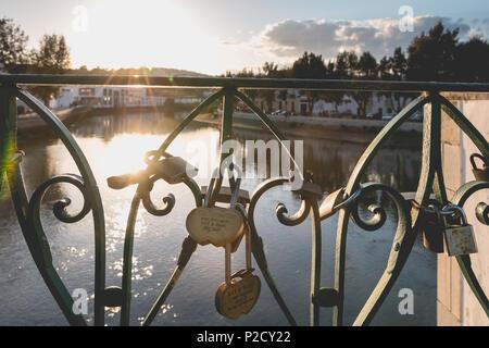 Tavira, Portugal - 30. April 2018: Graviert liebe Schlösser auf einer Brücke über einen Fluss an einem Frühlingstag hängen - Stockfoto