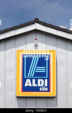Blankenheim, Deutschland - 22. Juli 2017: Aldi Sud Logo auf eine Wand. Aldi ist einer der weltweit führenden Discounter Kette - Stockfoto