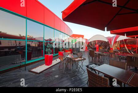 """Moskau - September 2014: Das Design der stilvollen und modernen Interieur der Japanischen Restaurant """"Tokyo Bay"""". Veranda auf dem Dach öffnen - Stockfoto"""