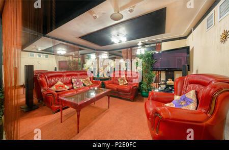 Moskau - September 2014: Innenraum und Möbel des Restaurants der indischen Küche' KHAJURAHO'. Separate VIP-Lounge mit roten Ledersofas - Stockfoto