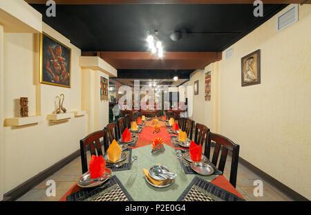 Moskau - September 2014: Innenraum und Möbel des Restaurants der indischen Küche' KHAJURAHO'. Lange serviert Tabelle im Festsaal - Stockfoto