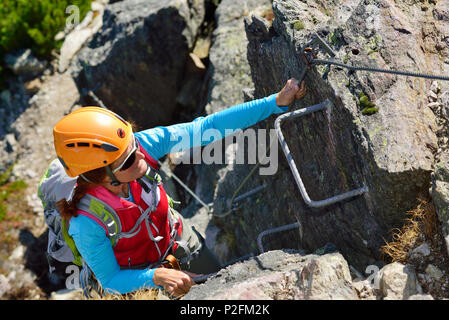 Klettersteig Kitzbühel : Frau aufsteigend klettersteig loferer steinberge bereich im