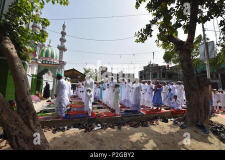 Kolkata, Indien. 16 Juni, 2018. Indische Muslime bieten Gebete während des Eid al-Fitr Festival in der Currie Straße Eidgah in Howrah, Indien am Samstag, 16. Juni 2018. © Biswarup Ganguly/Alamy leben Nachrichten - Stockfoto