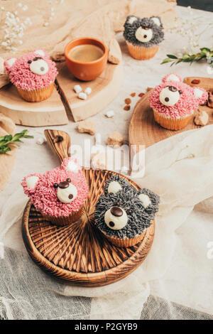 Nahaufnahme der süßen Muffins in der Form von Bären auf Tisch - Stockfoto