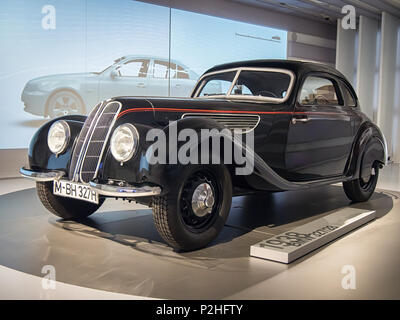 München, Deutschland - 8 April 2017: 1938 BMW 327/328 Coupé im BMW Museum. - Stockfoto