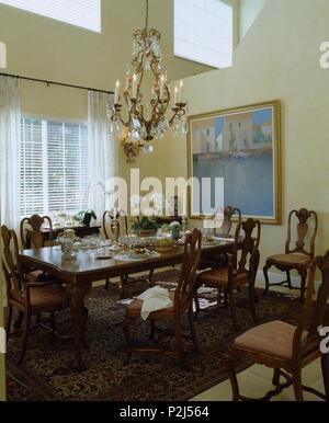 Beleuchtete Antiken Kronleuchter Aus Kristall Oben Mahagoni Tisch Und  Stühle In Doppelter Höhe .