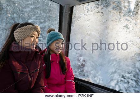 Lächelnde Schwester Skifahrer, Gondel - Stockfoto