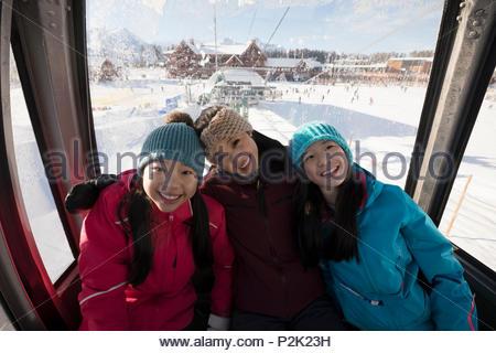 Portrait Schwester Skifahrer, Gondel - Stockfoto