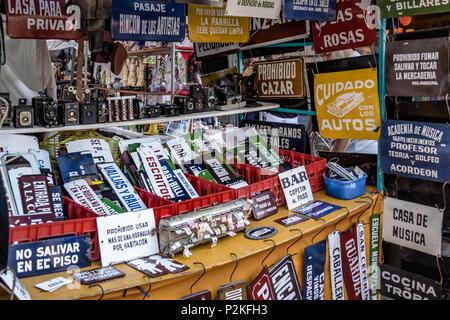 Zeichen und Antiquitäten an der Feria de San Telmo San Telmo (Markt) - Buenos Aires, Argentinien - Stockfoto
