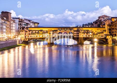 Ponte Vecchio (Alte Brücke) am Abend. Florenz, Provinz Florenz, Italien.