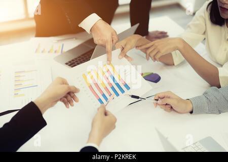 Start Geschäft Leute Treffen der Gruppe, Junge kreative Mitarbeiter Team arbeiten und diskutieren neue Plan Projekt in Büro, Unternehmer, Brainstorming, - Stockfoto