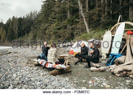 Freunde genießen Wochenende surfen Kurzurlaub, Entspannung am Campingplatz auf robusten Strand - Stockfoto