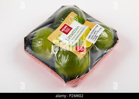 Frische Lebensmittel, Obst, jedes einzeln verpackt in der Plastikverpackung, alle Essen im gleichen Supermarkt auch ohne Verpackungen aus Kunststoff, Kalk zur Verfügung steht, - Stockfoto