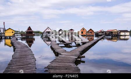 Fischerhütten auf dem See, Bokod, Ungarn widerspiegelt - Stockfoto