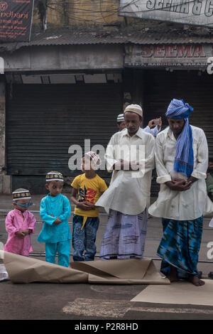 Kolkata, Indien. 16 Juni, 2018. Indische Muslime bieten, ebenso wie das Eid al-Adha Gebete in Kolkata, Indien, am 16. Juni 2018. Credit: tumpa Mondal/Xinhua/Alamy leben Nachrichten - Stockfoto