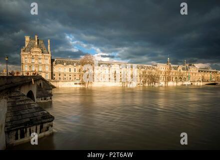 Frankreich, Paris, die Ufer der Seine als Weltkulturerbe von der UNESCO, Hochwasser des Flusses Seine (Januar 2018), Royal und Le Louvre - Stockfoto