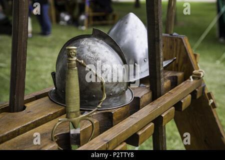 Alte mittelalterliche Helme, Detail der Geschichte und Schutz - Stockfoto