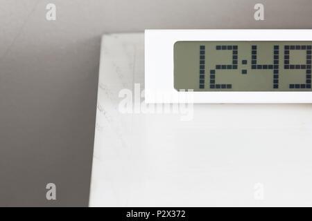 ... Weisse Uhr Digitale Moderne Am Weißen Tisch Im Schlafzimmer.   Stockfoto
