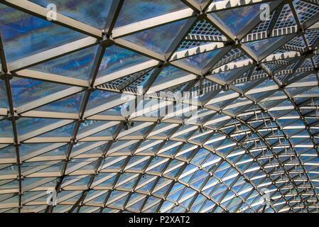 Dreieckiges Muster aus transparentem Glas moderne Dach - Stockfoto