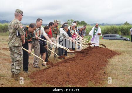 Kahu Kordell Kekoa, rechts, führt Vertreter aus der US-Armee Garrison-Hawaii, Hawaiian Electric Company und Beamten der Regierung ein Segen und wegweisend für ein neues Kraftwerk auf Schofield Kasernen gebaut werden wird. Die Anlage wird von Oahu Stromnetz stärken und zuverlässiger zu machen, die Sicherheit der Energieversorgung für die US-Armee in Hawaii zur Verfügung stellen und die Integration von erneuerbaren Energiequellen, wie Solar- und Windenergie zu verbessern. - Stockfoto