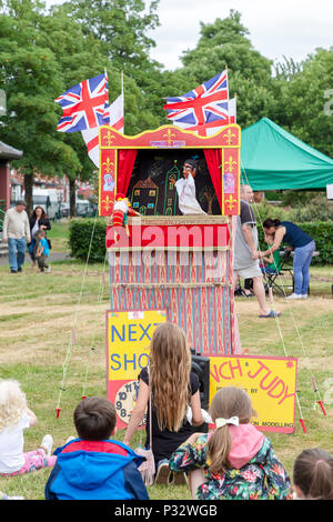 Warrington, Großbritannien, 17. Juni 2018 - eine Menschenmenge, die die Gemeinschaft Fundraiser und beobachten die Kasperletheater in St. Elphin's Park, Warrington, Cheshire, England, UK Credit: John Hopkins/Alamy leben Nachrichten - Stockfoto