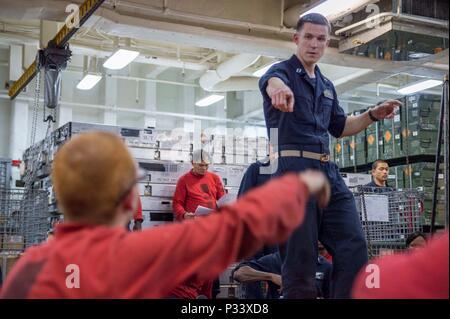 160830-N-TH 560-098 PAZIFISCHEN OZEAN (Aug. 30, 2016) Leutnant Lukas Dundon, Assistant Befehl Kaplan an Amphibious Assault ship USS BONHOMME RICHARD (LHD 6), spricht mit Waffen Abteilung Seeleute während einer interaktiven Selbstmord Sensibilisierung und Prävention Schulung. Bonhomme Richard, dem Flaggschiff der Bonhomme Richard Expeditionary Strike Group, ist in den USA der 7. Flotte Bereich für Maßnahmen zur Erhöhung der Sicherheit und Stabilität in der Indo-Asia-Pazifik-Region. (U.S. Marine Foto von Mass Communication Specialist 3. Klasse Jeanette Mullinax/Freigegeben) - Stockfoto