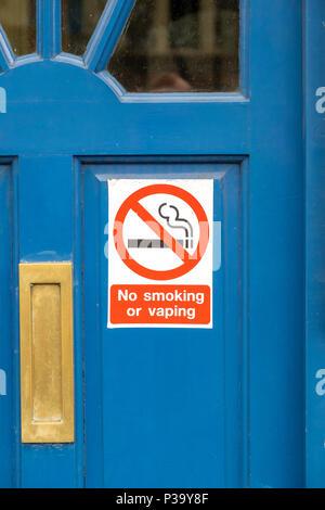 Rauchen oder vaping Zeichen auf einer blauen Tür - Stockfoto