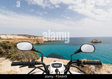 ATV Quad Bike am Ufer der Ägäis auf Milos, Griechenland geparkt. Blick vom Fahrersitz - Stockfoto