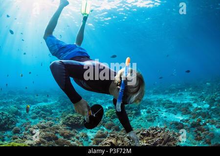 Happy Family Urlaub. Mann in Schnorcheln Maske mit Kamera Tauchen Unterwasser mit tropischen Fische im Korallenriff Meer Pool. Reisen, Wassersport o - Stockfoto