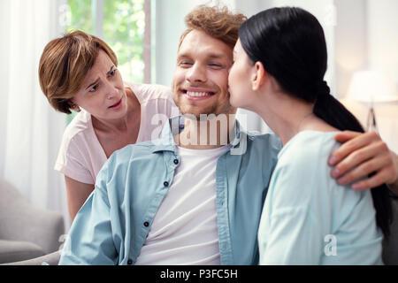 Unglücklich gealterte Frau auf Paare suchen - Stockfoto