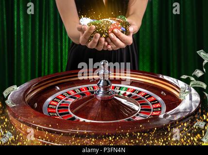 Collage von casino Bilder mit ein lebendiges Bild der mehrfarbigen casino roulette Tisch mit Poker Chips in der Frau die Hände. Grüner Hintergrund mit go - Stockfoto