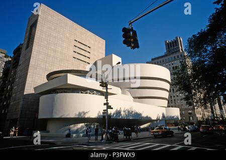 Manhattan, New York, USA. Solomon R. Guggenheim Museum an der Fifth Avenue, entworfen von Frank Lloyd Wright. - Stockfoto
