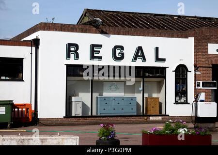 Das Regal in der Garage, Upton-upon-Severn, Worcestershire, England, Großbritannien - Stockfoto