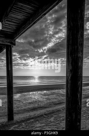 Redington Beach. Florida, USA, allgemeine Ansicht. Strand, Sonnenuntergang, La Contessa Pier zwischen den hölzernen Unterstützt Donnerstag 12/10/2017 © Peter SPURRIER Le - Stockfoto