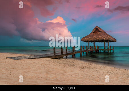 Dramatische Wolken über dem Holz- Wasser Villa in Punta Cana, Dominikanische Republik.