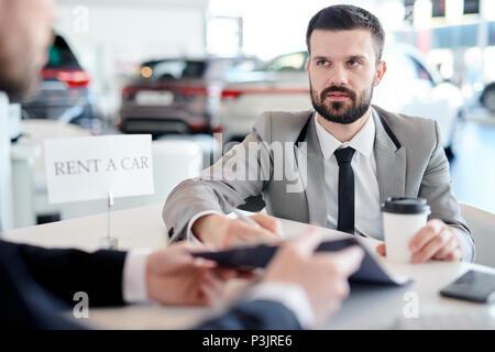 Geschäftsmann Vermietung Auto - Stockfoto