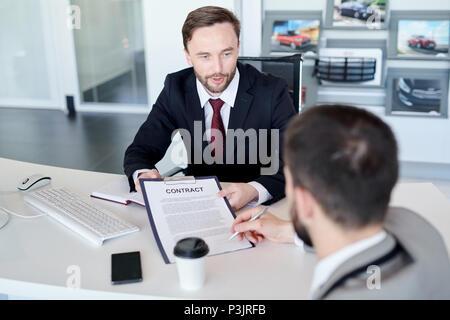 Unternehmer unterzeichnen Vertrag - Stockfoto