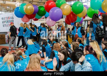 Moskau, Russland, 12. Juni: Gruppe von Studenten Freiwillige mit bunten Luftballons an den koreanischen Festival. - Stockfoto