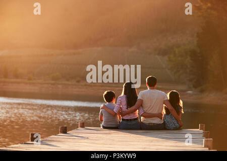 Ansicht der Rückseite des Familie stehen auf hölzernen Steg am See - Stockfoto