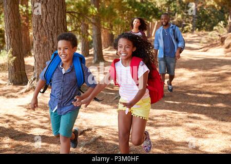 Kinder vor der Ausführung der Eltern auf Familie Wandern Abenteuer - Stockfoto