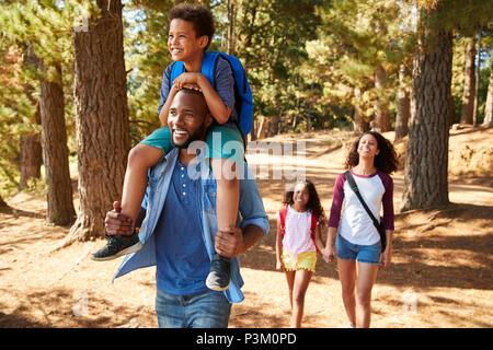 Familie auf Wandern Abenteuer durch den Wald - Stockfoto