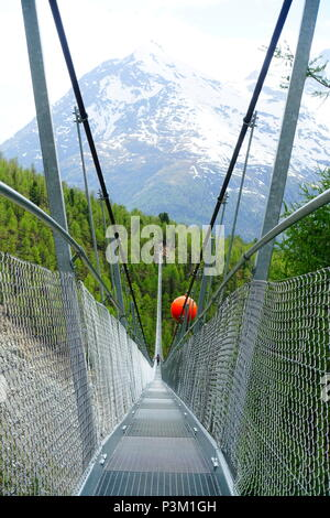 Die Charles Kuonen Suspension Bridge in der Nähe von Zermatt, Schweiz. Dies ist die längste hängende Brücke der Welt, Teil der Europaweg. - Stockfoto